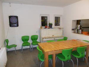Esstisch mit Durchreiche zur Küche
