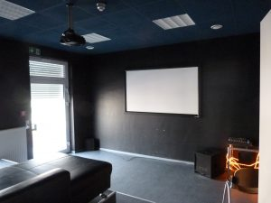 PS3-Raum mit Beamer & Leinwand